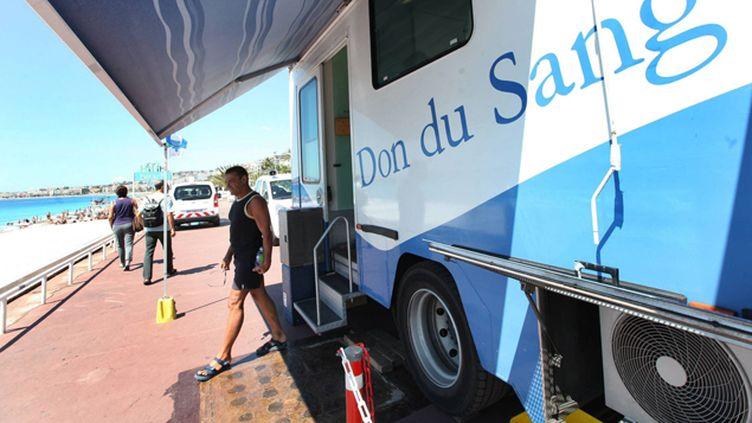 (De nombreux camions de don du sang sillonneront les lieux de vacances, comme ici à Nice © MaxPPP)