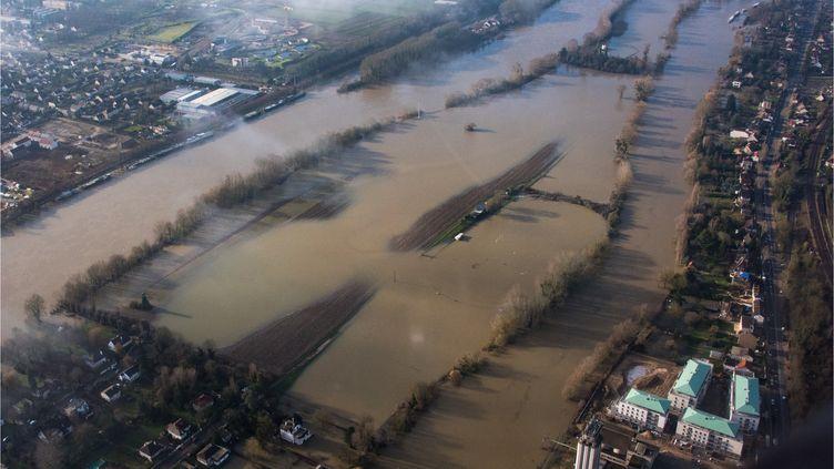 Vue aérienne des inondations de la Seine entre Epone et Moisson (Yvelines), le 26 janvier 2018. (FRANCOIS  BOIZOT / CROWDSPARK / AFP)
