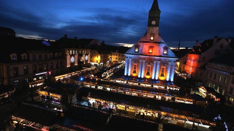 Le marché de Noël au pied du temple Saint-Martin, photographié le 29 novembre 2018 à Montbéliard (Doubs). Le temple protestant fait partie des sites retenus pour le Loto du patrimoine 2020. (LIONEL VADAM  / MAXPPP)