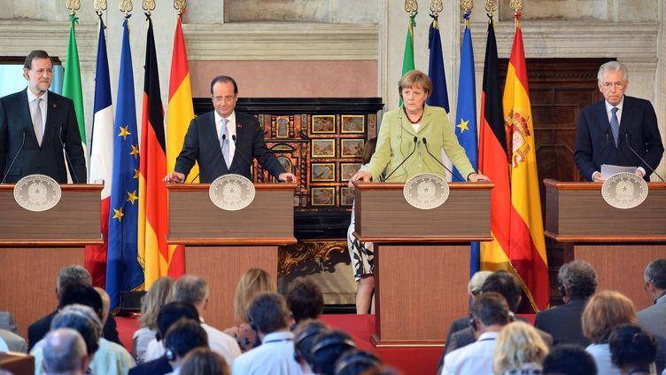 Le Premier ministre espagnol Mariano Rajoy, le président français François Hollande, la chancelière allemande Angela Merkel et le président du Conseil italien Mario Monti tiennent une conférence de presse à Rome (Italie), le 22 juin 2012. (ALBERTO PIZZOLI / AFP)