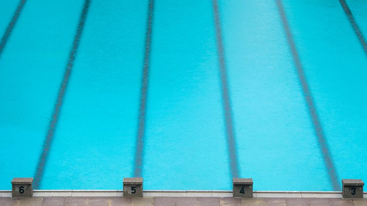 Photo d'illustration dans une piscine de Hambourg (Allemagne), en avril 2016. (LUKAS SCHULZE / DPA / AFP)
