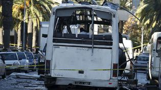 La scène de l'attaque suicide contre un bus de la garde présidentielle à Tunis le 24 novembre 2015. Au moins 12 personnes ont été tuées. (REUTERS - Zoubeir Souissi)