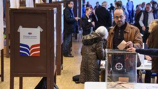 Un électeur vote à la primaire à droite dans un bureau de Mulhouse (Haut-Rhin), le 20 novembre 2016. (SEBASTIEN BOZON / AFP)