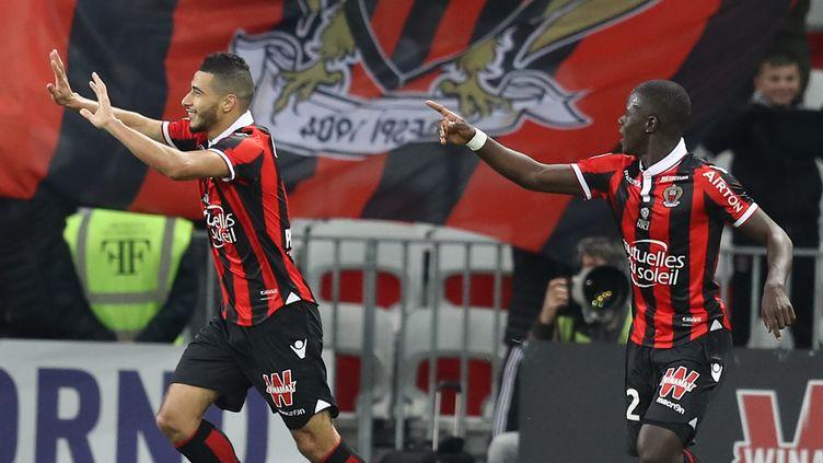 Younès Belhanda (à gauche) et Malang Sarr (à droite) lors de la probante victoire de l'OGC Nice contre Toulouse (3-0), le 4 décembre 2016. (VALERY HACHE / AFP)