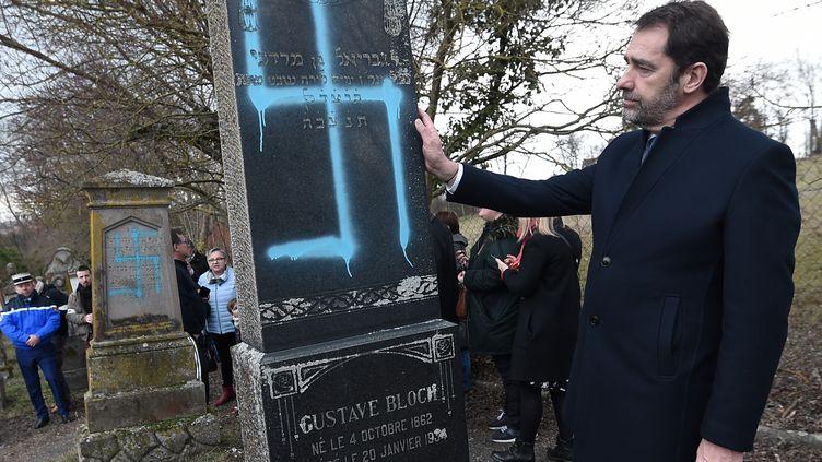 Le ministre de l'Intérieur Christophe Castaner dans le cimetière deQuatzenheim (Bas-Rhin) après la profanationde tombes juives. (FREDERICK FLORIN / AFP)