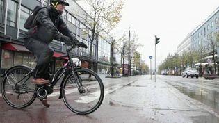 Pour encourager les comportements vertueux, la ville deLahti, en Finlande, teste un programme inédit :récompenser financièrement ou avec des cadeaux les habitants qui émettent peu de CO2, en prenant leur vélo plutôt que leur voiture, par exemple. (FRANCE 2)