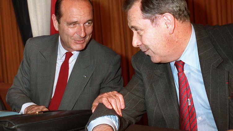 Charles Pasqua (droite) et Jacques Chirac le 19 mai 1988 àun meeting du RPR à Paris. (GERARD FOUET / AFP)