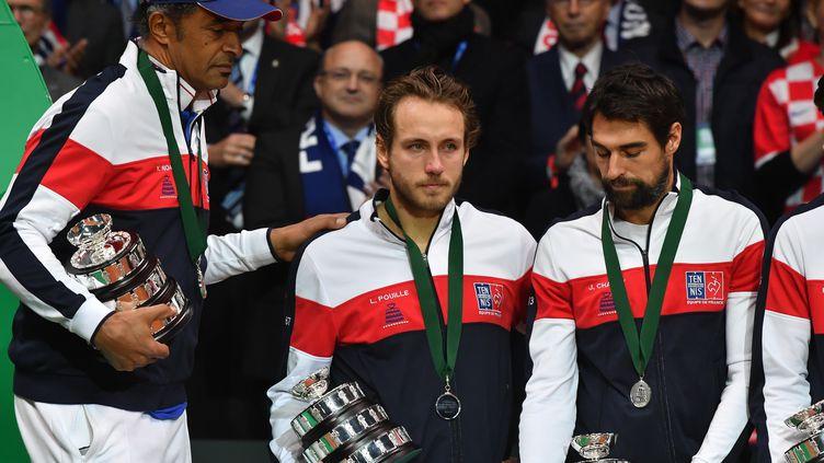 La tristesse de Lucas Pouille sur le podium de la finale de la Coupe Davis 2018 (PHILIPPE HUGUEN / AFP)