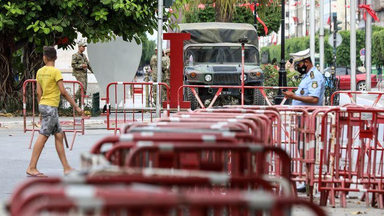 L'armée dans les rues de Tunis, le 27 juillet 2021. (STRINGER / EPA)