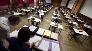 Des élèves de terminale passent l'épreuve de philosophie du baccalauréat, au lycée Fustel de Coulanges de Strasbourg (Bas-Rhin), le 16 juin 2014. (FREDERICK FLORIN / AFP)