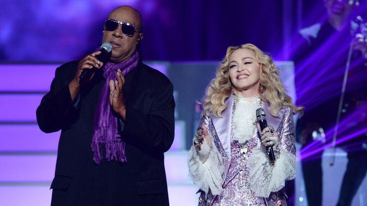 """Aux Bilboard Awards, Madonna a entonné, à Las Vegas, """"Nothing Compares 2 U"""" puis, main dans la main avec l'invité surprise Stevie Wonder, """"Purple Rain"""".  (KEVIN WINTER / GETTY IMAGES NORTH AMERICA / AFP)"""