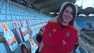 Le portrait en carton d'une supportrice du club de rugby de Perpignan. (FRANCEINFO)