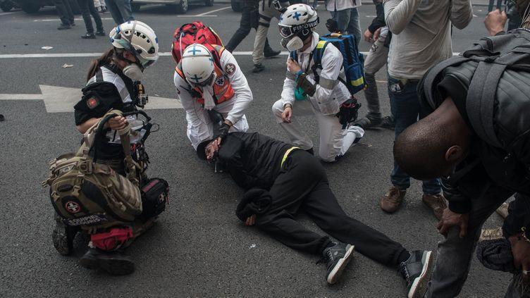 """Un manifestantblessé lors d'une manifestation des """"gilets jaunes"""", le 1er mai 2019 à Paris. (ANDREA NERI / NURPHOTO / AFP)"""