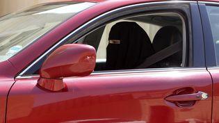 Une femme conduit sa voiture (illégalement) en Arabie saoudite, le 22 octobre 2013. (FAISAL NASSER / REUTERS)