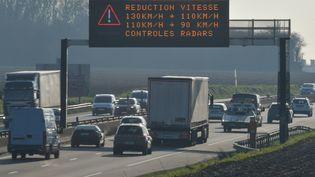 Réduction de vitesse suite à un pic de pollution aux particules fines, le 27 février 2019, à Englos, près de Lille. (PHILIPPE HUGUEN / AFP)