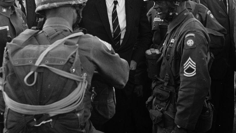Le président Kennedy félicitant des soldats de l'armée américaine, le 13 octobre 1961. (JOHN LOENGARD / THE LIFE PICTURE COLLECTION)