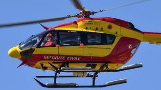 Un hélicoptère de la sécurité civile (image d'illustration), le 14 avril 2020. (PASCAL GUYOT / AFP)