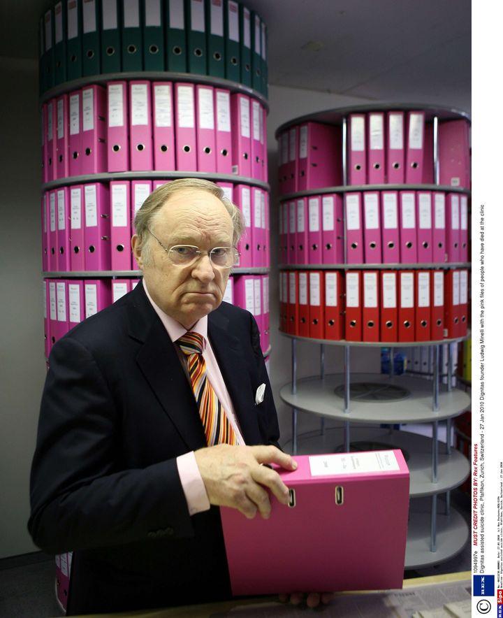 L'avocat suisse Ludwig Minelli, fondateur de Dignitas, posedevant les dossiers des adhérents de son association. (REX FEATURES / SIPA)