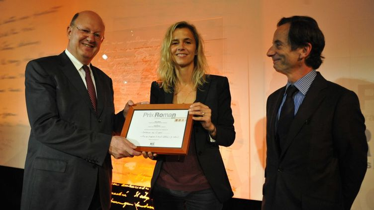 Rémy Pflimlin, président de France Télévisions, remet le prix à Delphine de Vigan, sous les yeux d'Olivier Barrot, président du jury de sélection  (Gaël Dupret / MaxPPP France)