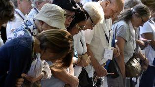 Des pèlerins catholiques se recueillent le 15 août 2016 à Lourdes (Hautes-Pyrénées) pour les célébrations de l'Assomption. (PASCAL PAVANI / AFP)