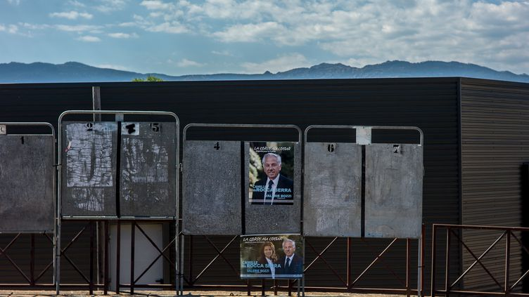 Les panneaux électoraux pour les élections législatives à Porto Vecchio, dans la 2e circonscription de Corse-du-Sud, en mai 2017. (MATTHIEU MONDOLONI / FRANCEINFO)