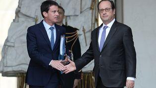 François Hollande et Manuel Valls sur le perron de l'Elysée. (STEPHANE DE SAKUTIN / AFP)