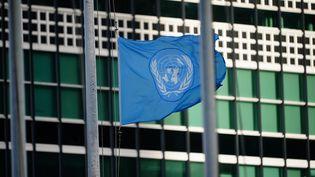 Le drapeau des Nations unies devant le siège de l'organisation à New York, le 4 mai 2020. (JOHN NACION / NURPHOTO / AFP)