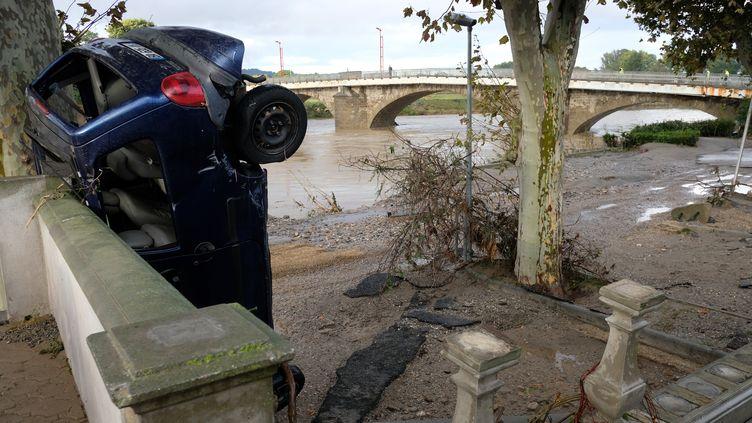 Une voitureencastrée dans un mur, le 16 octobre 2018, à Trèbes (Aude). (ERIC CABANIS / AFP)
