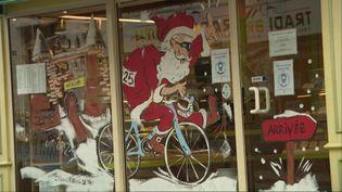 Ce père Noël sur un vélo annonce le passage du Tour de France en Bretagne en 2021 (Q.Cezard / France Télévisions)