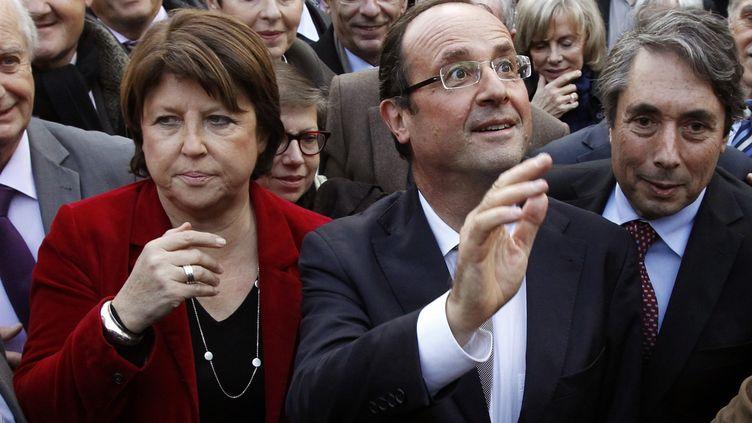 François Hollande au côté de Martine Aubry, la première secrétaire du Parti socialiste, le 23 novembre 2011. (PATRICK KOVARIK / AFP)