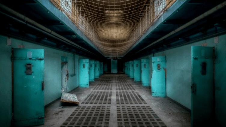 Dans cette prison, des vies se sont arrêtées. Le collectif I love your home, l'a découverte et prise en photo, telle quel.  (France3 / Culturebox)