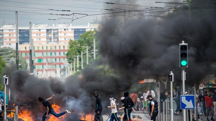 Des jeunes affrontent les forces de l'ordre, le 20 juillet 2014, à Sarcelles (Val-d'Oise), après une manifestation propalestinienne. (MAXPPP)
