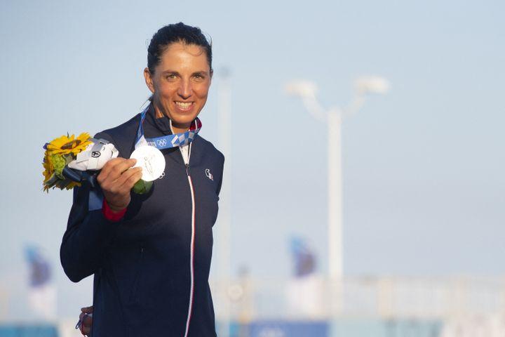 Charline Picon avecsa médaille d'argent remportéeen RS:X, le 31juillet (CURUTCHET VINCENT / KMSP)