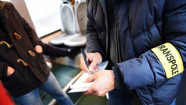 Un employé du réseau de transport de Lille (Nord) Transpole réalise un contrôle dans les bus et métros, le 19 novembre 2015. (MAXPPP)