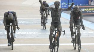 Sonny Colbrelli s'est imposé dimanche 2 octobre pour son premier Paris-Roubaix. (FRANCOIS LO PRESTI / AFP)