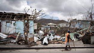Un habitant dans les rues dévastées de Marigot sur l'île de Saint-Martin, le 10 septembre 2017. (MARTIN BUREAU / AFP)