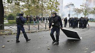 Un CRS participe au démontage d'une barricade, le 16 novembre 2019, place d'Italie, à Paris. (MUSTAFA YALCIN / ANADOLU AGENCY / AFP)