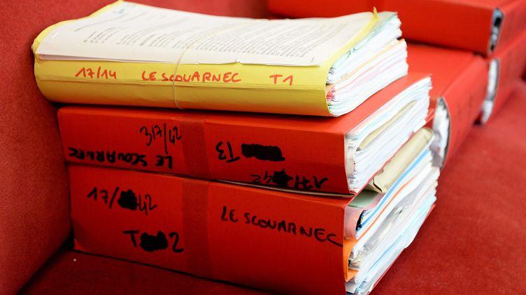 Les dossiers des avocats lors du procès de Joël Le Scouarnec, en mars 2020. (MARC OLLIVIER / MAXPPP)