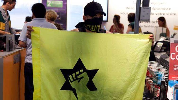 (Un militant de Ligue de défense juive lors d'un rassemblement contre Dieudonné © Maxppp)