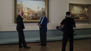 François Lenglet et Jacques Attali, au musée duLouvre, à Paris, en septembre 2015. (FRANCE 2 / FRANCETV INFO )
