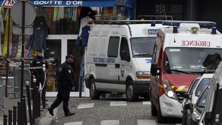 Des policiers dans la rue de la Goutte-d'Or dans le 18e arrondissement de Paris, le 7 janvier 2016. (LIONEL BONAVENTURE / AFP)