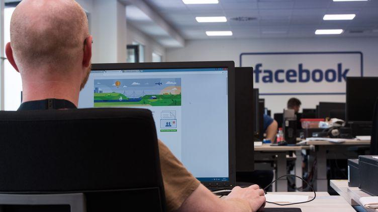 Un employé de la firme Facebook, à Berlin en Allemagne, le 10 juillet 2017. (SOEREN STACHE / DPA / AFP)