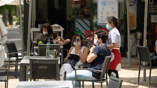 Les clients d'un café installés en terrasse, à Madrid, en Espagne, lundi 25 mai 2020. (JON IMANOL REINO / NURPHOTO / AFP)
