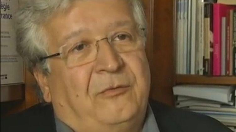 L'économiste Elie Cohen, à Paris, le 10 novembre 2011. (LE VAN / FRANCE 2)