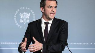 Olivier Véran, le ministre des Solidarités et de la Santé, le 15 avril 2020 en conférence de presse à l'Elysée. (MICHEL EULER / AFP)