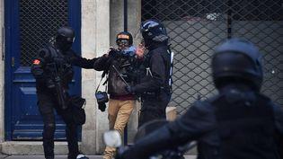 Un photographe est chahuté par des membres des forces de l'ordre, le 2 février 2019 à Bordeaux (Gironde). (GEORGES GOBET / AFP)