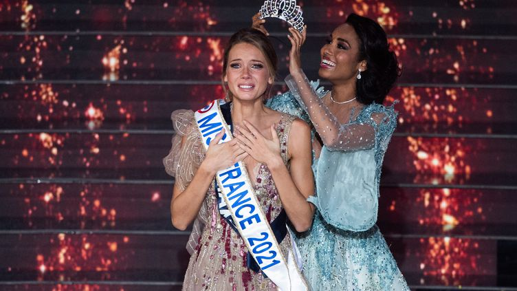 Amandine Petit, Miss Normandie, est sacrée Miss France 2021 et se voit remettre la couronne par Clémence Botino, le 19 décembre 2020 au Puy du Fou (Vendée). (LOIC VENANCE / AFP)