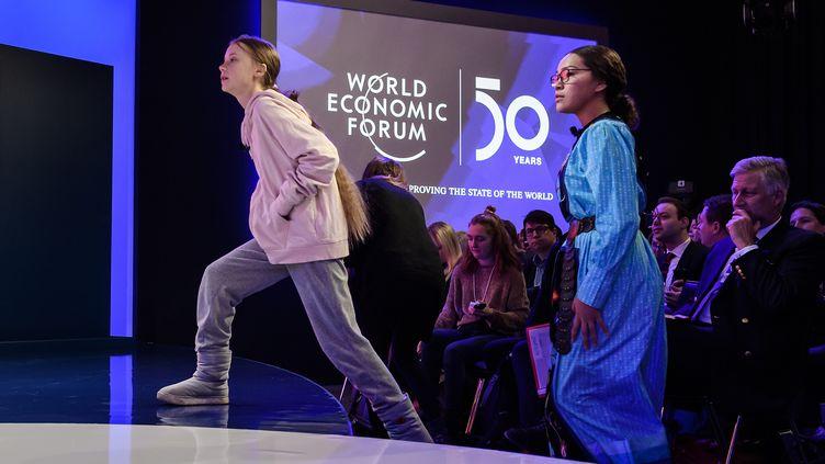La militante suédoise Greta Thunberg monte à la tribune du Forum économique mondial de Davos (Suisse), le 21 janvier 2020. (FABRICE COFFRINI / AFP)
