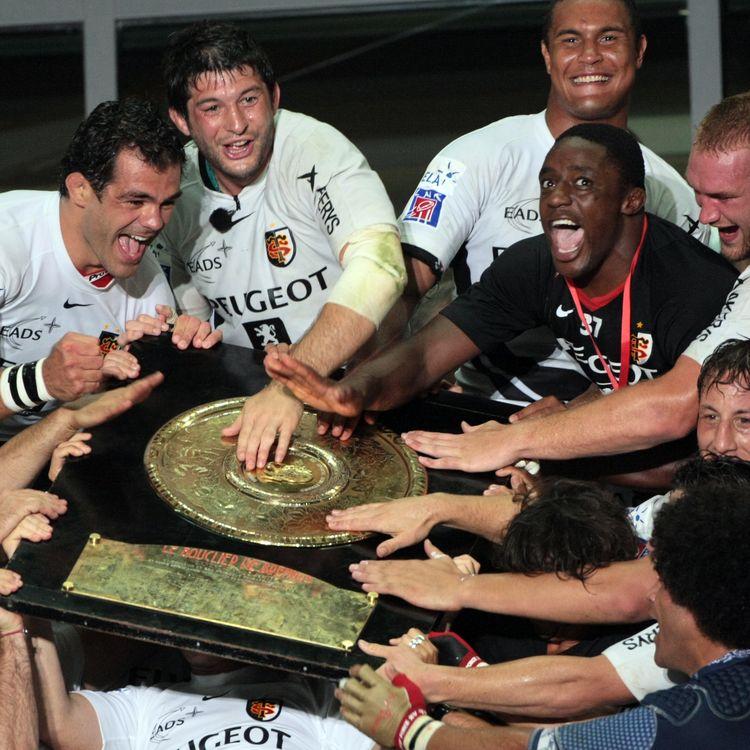 Les Toulousains célèbrent leur titre avec le bouclier de Brennus après avoir battu Clermont en finale du Top 14), le 28 juin 2008 au Stade de France (Seine-Saint-Denis). (JACQUES DEMARTHON / AFP)