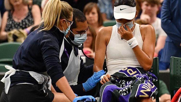 Emma Raducanu a abandonné lors des 8es de finale de Wimbledon face à Ajla Tomljanovic, lundi 5 juillet 2021. (BEN STANSALL / AFP)